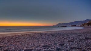 ساحل شن سیاه شلتر کاو یکی از سواحل سیاه رنگ دنیا