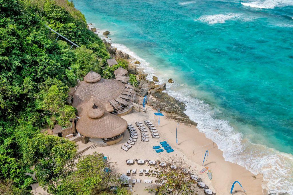 blue point یکی از سواحل زیبا و از جاذبه های اولوواتو بالی