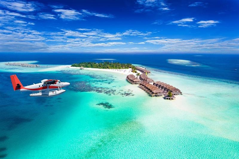 seaplane بر فراز یکی از جزایر در تور مالدیو