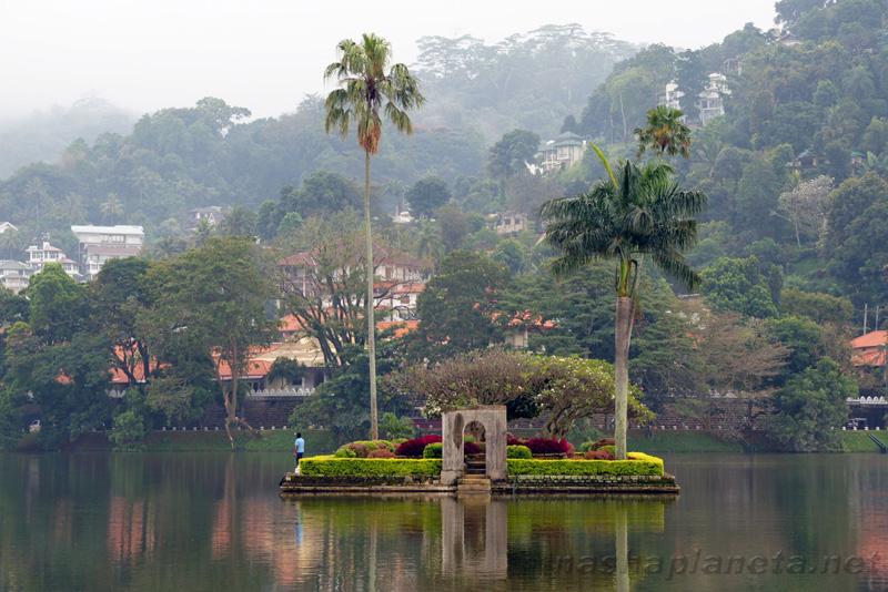 چشم اندازی از دریاچه کندی بعنوان جاذبه در مهم ترین شهرهای سریلانکا